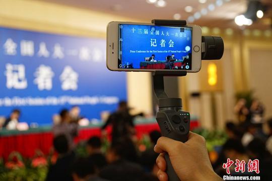 资料图:图为十三届全国人大一次会议记者会现场。中新社记者 李卿 摄