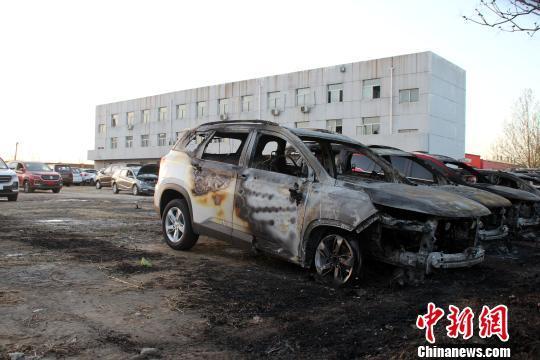 火灾现场被烧毁的部分汽车。 赵庆斌 摄