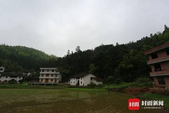 李锦莲家的老房子(图片中间白墙黑瓦的房屋)附近已盖起新式房屋