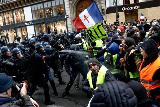 警察向抗議者噴灑胡椒。AFP