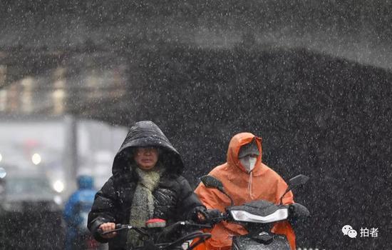 △ 4月4日下午,莲花桥,市民骑行在暴雪中。摄影/新京报记者浦峰