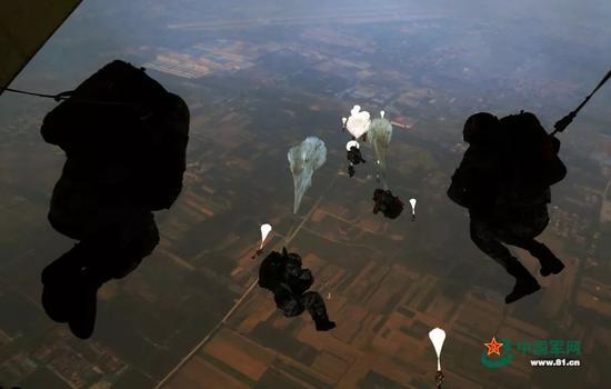 ▲王海涛摄影作品:我们是英雄的中国空降兵!