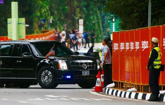 美国总统特朗普的专车在6月12日上午8点20分左右抵达新加坡圣淘沙岛上的嘉佩乐酒店。
