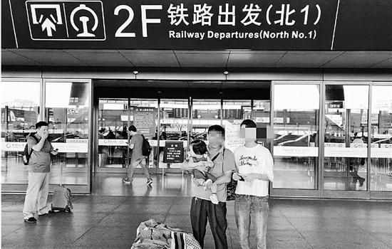 两个女孩由外公带回重庆,大女儿发回微信:我们很好,谢谢。