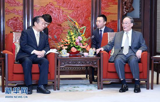 8月31日,国家副主席王岐山在北京会见由干事长二阶俊博率领的日本自民党代表团。新华社记者姚大伟摄