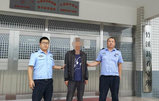 民警从化粪池里将刘某某拉上来/湖北省竹溪县公安局