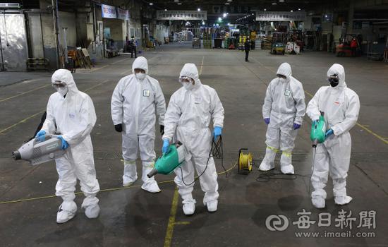 工作人员在大邱街头进行防疫工作(每日新闻)