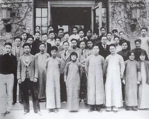 1935年清华大学物理系部分师生在科学馆前合影,赵忠尧在二排左二