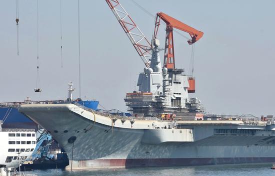 国产航母舰艏滑跃甲板处还有不少设备