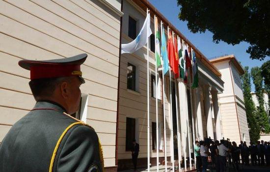 2017年6月15日,上海合作组织地区反恐怖机构执委会在乌兹别克斯坦首都塔什干举行印度和巴基斯坦国旗升旗仪式,迎接两个新成员的加入。(沙达提/摄)