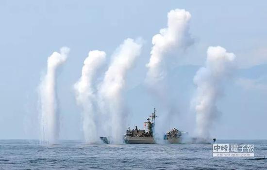 ▲台湾军舰发射干扰弹模拟导弹发射。(中时电子报)