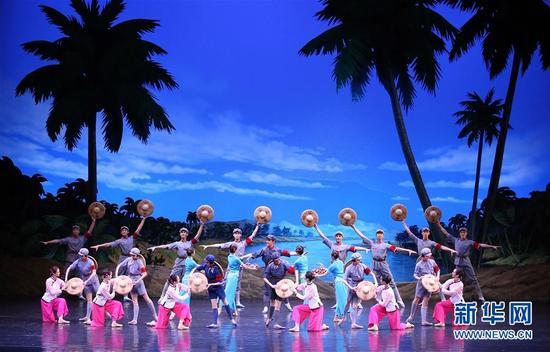 4月16日,中国艺术团在平壤表演芭蕾舞剧《红色娘子军》。朝鲜劳动党委员长、国务委员会委员长金正恩和夫人李雪主16日在平壤观看了中国艺术团演出的芭蕾舞剧《红色娘子军》。 新华社记者 姚大伟 摄