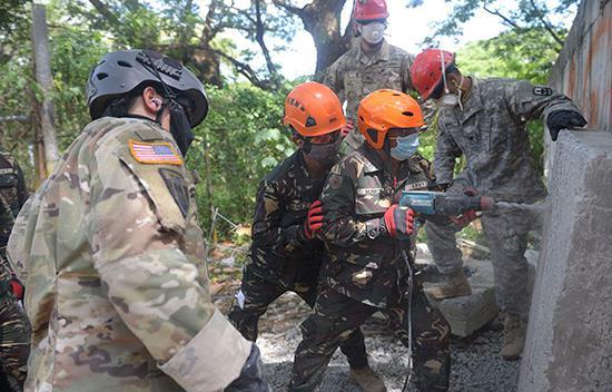 """当地时间2018-07-16,菲律宾马赛赛堡军事总部,菲律宾和美军""""肩并肩""""联合军演举行,双方士兵参与地震救援演练。视觉中国 资料图"""