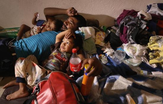 来自中美洲的非法移民,(图片来源:新闻周刊)
