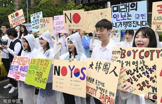 今年7月,韓國高中生冒雨在日本駐韓大使館前舉行集會,參加抵制日貨活動。圖源:視覺中國