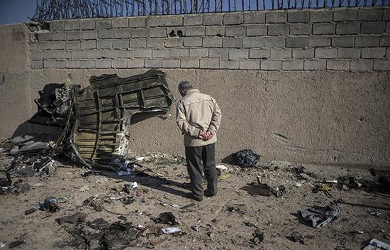 这是1月8日在伊朗德黑兰霍梅尼国际机场附近拍摄的坠机现场。 新华社发(艾哈迈德·哈拉比萨斯摄)