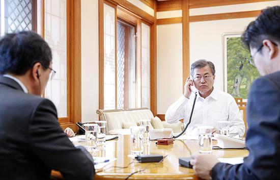 当地时间2018年3月16日,韩国首尔,韩国总统文在寅与日本首相安倍晋三通话,就朝鲜问题交换意见。视觉中国 图