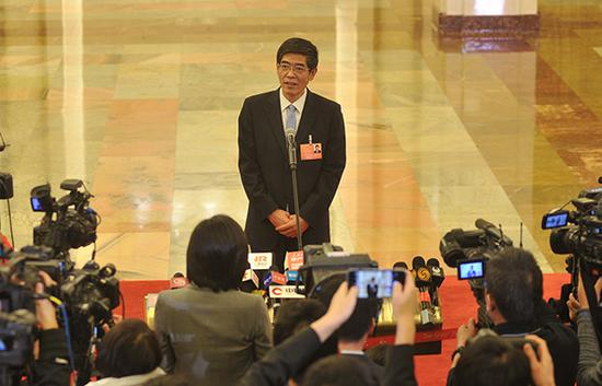中国残疾人联合会执行理事会理事长鲁勇在部长通道接受采访。视觉中国 图