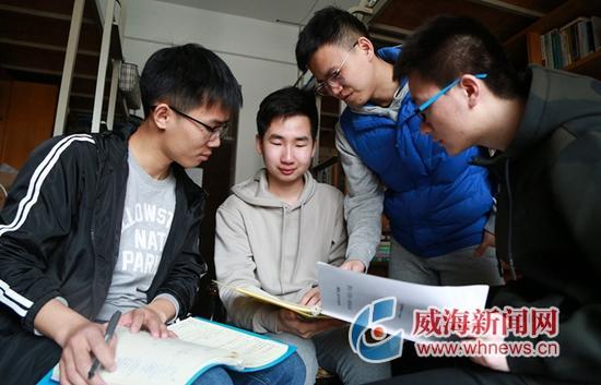 昨日,光电系2班学生在宿舍讨论毕业论文。