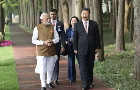 散步喝茶聊天 中印领导人轻松会晤背后有何玄机?春颂阅读答案