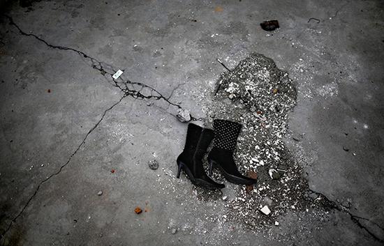 2008年5月12日地震发生后,四川德阳汉旺镇地震废墟上的一双女靴 东方 IC 图