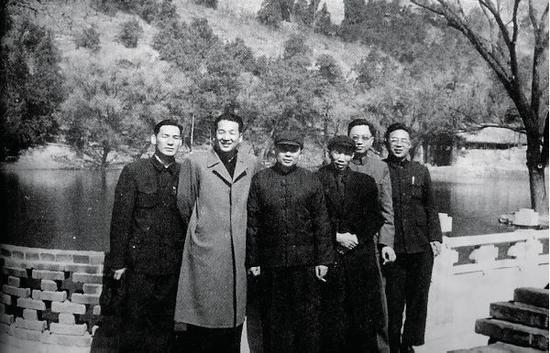 1962年,凌云等人在北京玉泉山学习。左起:刘复之、李广祥、汪金祥、梁国斌、凌云、王宁。
