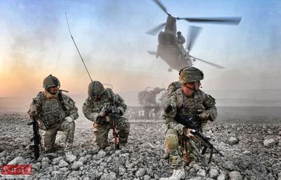 资料图:英军特战部队完成在阿富汗赫尔曼德省的作战行动后,等待搭乘CH-47直升机撤离。