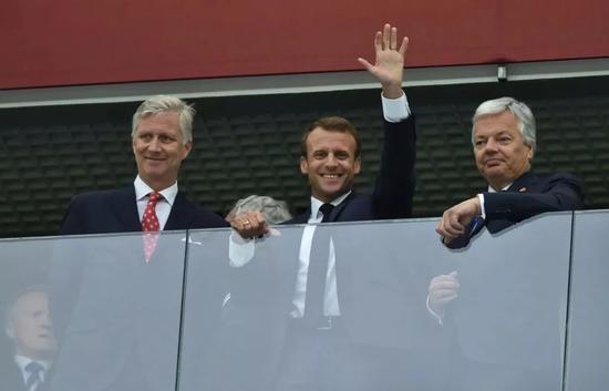 ▲7月10日,比利時國王菲利普(左)和法國總統馬克龍(中)現場觀戰法國與比利時的世界盃半決賽。