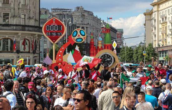 资料图:6月13日,球迷们在世界杯倒计时纪念牌前狂欢。新华社记者杨磊摄