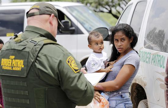 非法入境的母亲与其孩子被边境巡警查扣(图:美联)