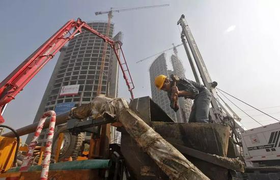 ▲印度的经济增速正在逐步超越中国,图为印度建筑工人在一栋大楼前施工。(路透社)