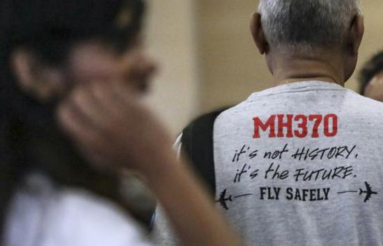 7月30日,馬來西亞政府就馬航MH370客機失聯事件,向媒體發佈最終調查報告。圖爲衆多MH370失聯者親屬在馬來西亞交通運輸部大樓內等待。 東方IC 圖