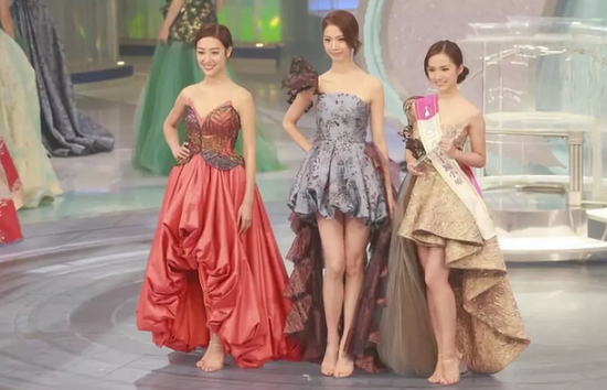 ▲陈晓华(中)26日获得香港小姐冠军