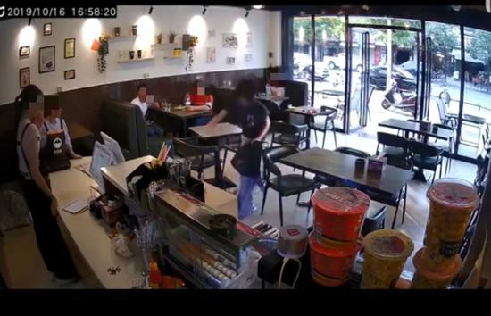 女子奶茶店遭暴打【图】