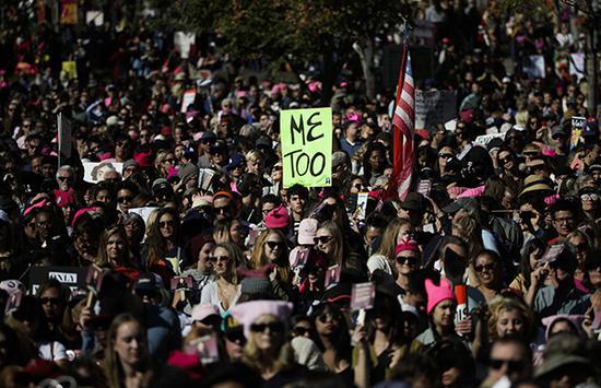 """当地时间2018-08-22,美国洛杉矶, 全美各地再爆发""""女性大游行""""。洛杉矶""""女性大游行""""中,人们高举""""Me too""""的牌子。 东方IC 资料图"""