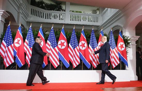 ▲6月12日,金正恩(左)与特朗普在新加坡举行会晤。图/新华社