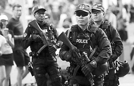 安保人员手持冲锋枪巡逻