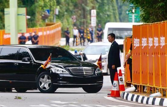 朝鲜最高领导人金正恩的专车在6月12日上午8点30分左右抵达新加坡圣淘沙岛上的嘉佩乐酒店。