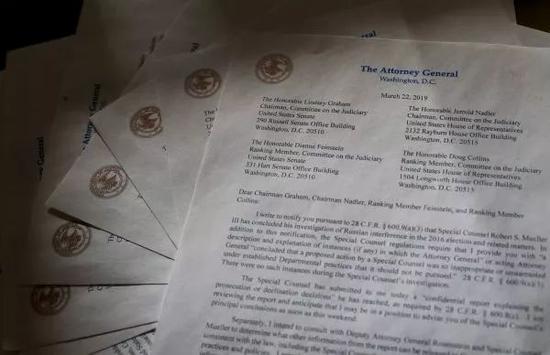 ▲这是3月22日在美国华盛顿拍摄的美国司法部长巴尔递交给国会的关于俄罗斯涉嫌干预2016年美国总统选举的调查报告的信函复印件。(新华社/美联社)