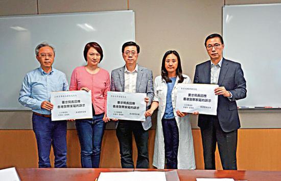 图:李慧琼(左两)取一寡差人家眷反应诉供