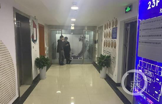 易盈娱乐场登录网站 - 韩国男子醉倒在沧州一小区门口,民警机智解锁找到其朋友