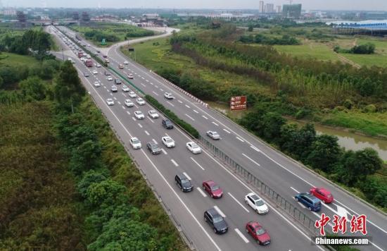 材料图:高速公路下行使的汽车。 中新社记者 刘忠俊 摄