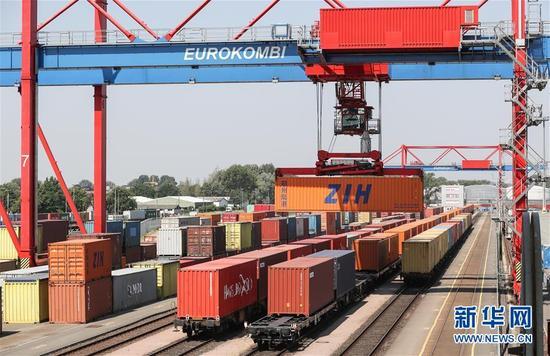 德国汉堡港,塔吊正在卸载中欧班列上的集装箱。