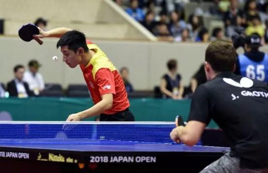 6月8日,张继科(左)在比赛中发球。新华社记者马平摄