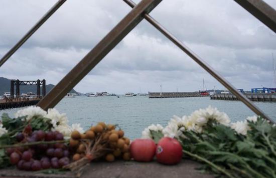 当地时间2018年7月11日,泰国普吉岛,白花和水果祭奠逝去的亲人。 视觉中国 图