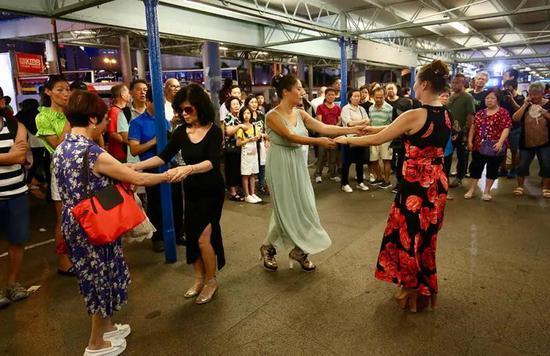 表演者在尖沙咀码头忘我起舞 来源:大公报