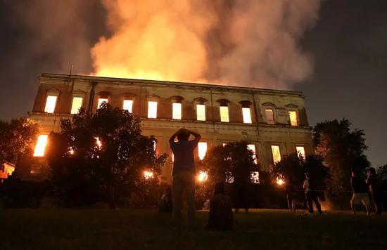 ▲9月2日,在巴西里约热内卢,巴西国家博物馆火光冲天。(新华社/路透社)