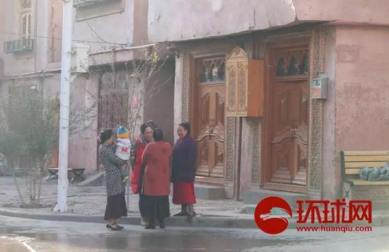 ▲喀什老城,在街角聊天的家庭主婦們