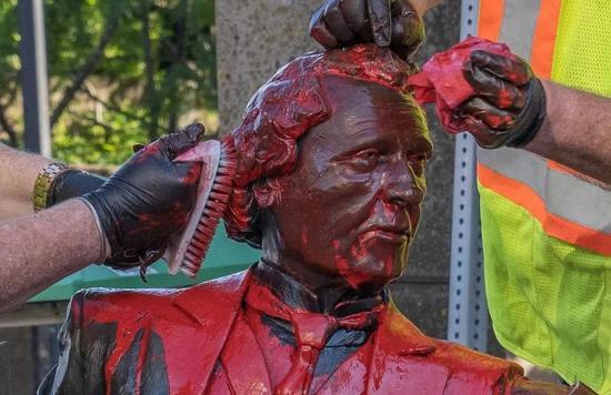 爱德华王子岛省夏洛特敦的麦克唐纳雕像6月19日被人洒红漆