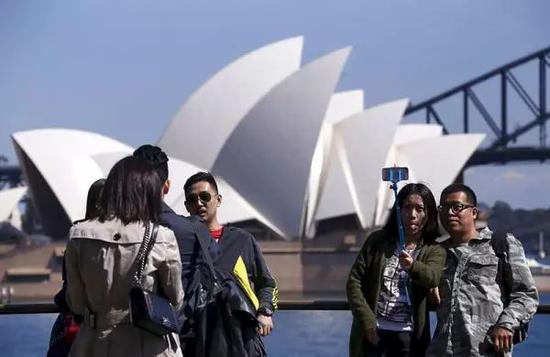 ▲材料图片:中国游客在悉尼歌剧院前自拍。(视觉中国)